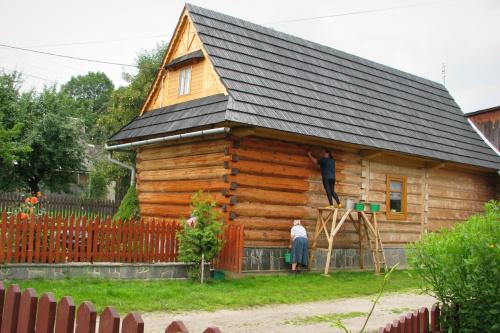 Mycie drewnianego domu. ( Foto z archiwum )