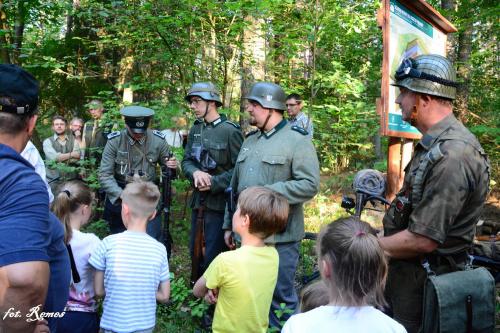 """GRH,,Johannisburg"""" przy jednym ze schronów stworzyli dioramę pokazującą umundurowanie i wyposażenie żołnierzy niemieckich z 1939 roku"""