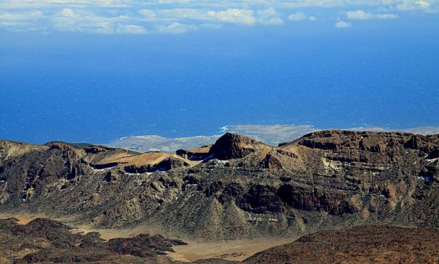 Wulkan Teide ( 3718 m. ) Za tą kalderą widać wybrzeże.