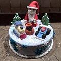 Tort na święta z mikołajem i zabawkami dla dzieci #mikołaj #tort na #święta #tort #okazjonalny #mokołaj #samochody #tort